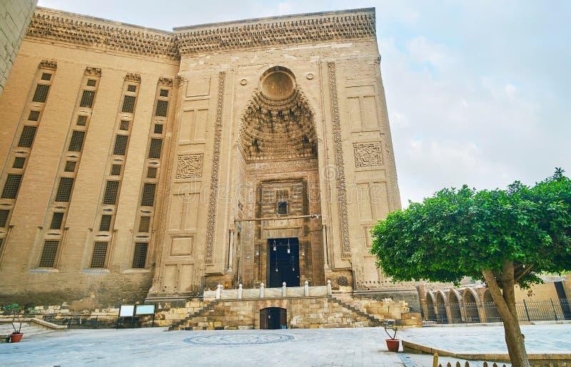 Portalen av Sultan Hassan Mosque-Madrassa, Kairo, Egypten royaltyfri foto