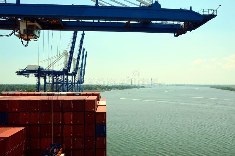 Portalkräne laden Fracht auf dem Containerschiff im Hafen von Charleston, South Carolina lizenzfreies stockbild