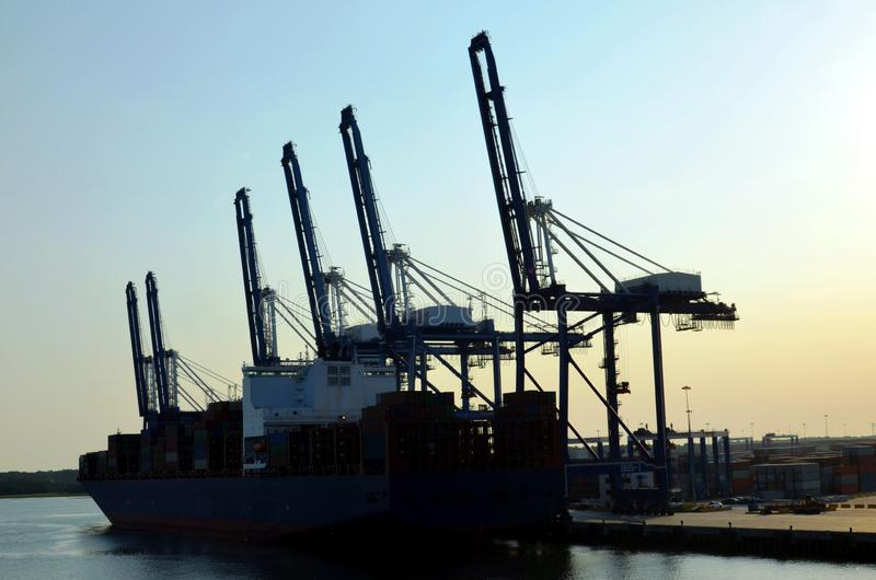 Portalkräne laden Fracht auf dem Containerschiff im Hafen von Charleston, South Carolina stockfoto