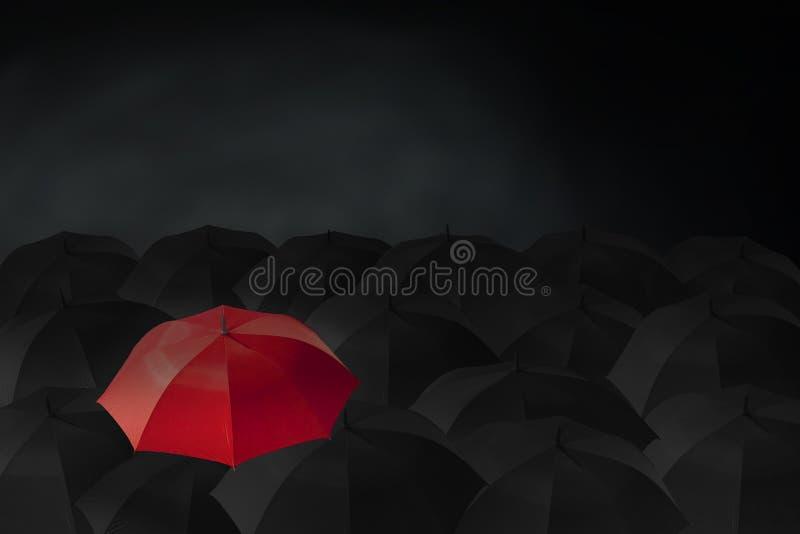 Portaombrelli rossi fuori dal gruppo di molti ombrelli neri, royalty illustrazione gratis