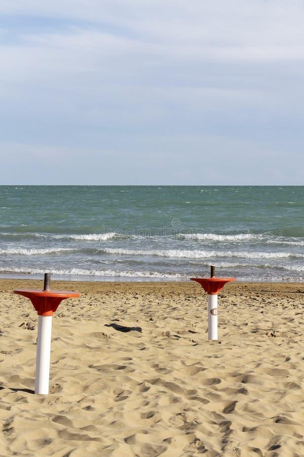 Portaombrelli sulla spiaggia fotografia stock libera da diritti