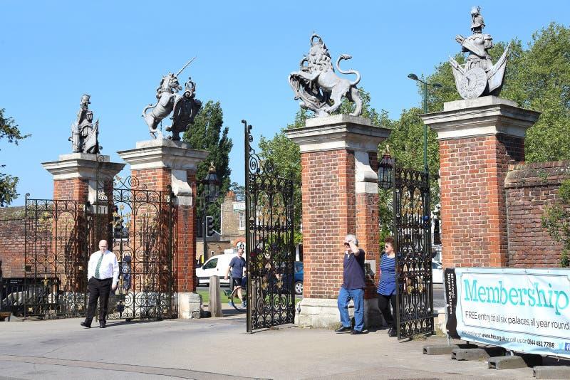 Portar av Hampton Court Palace, UK arkivfoton