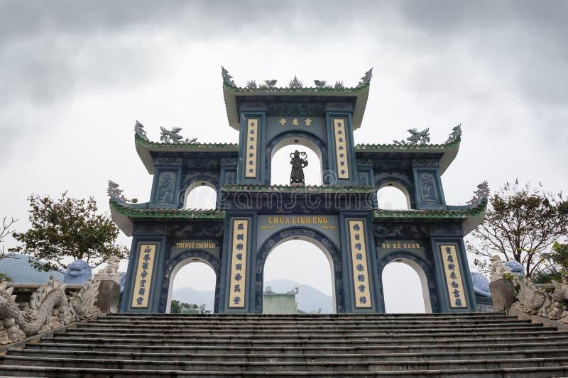 Portar av Linh Ung Pagoda royaltyfri foto
