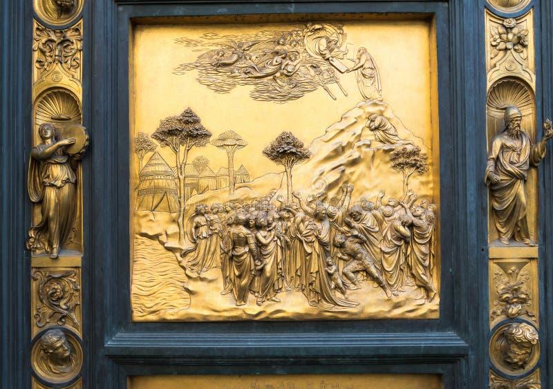 Portar av paradiset med bibelberättelser på dörr av Duomodopkapellet i Florence fotografering för bildbyråer