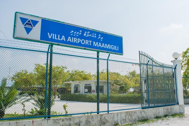 Portar för huvudsaklig ingång för flygplats på den tropiska ön Maamigili royaltyfria bilder