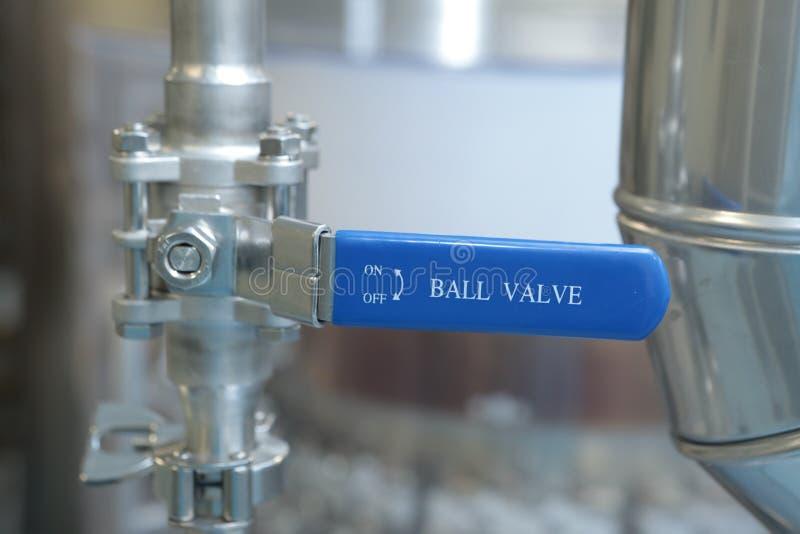 Portar klapp, monometers på den farmaceutiska växten Öppna tillförselen av medicin till reaktorn Manometrar i produktion Adjustm royaltyfri foto