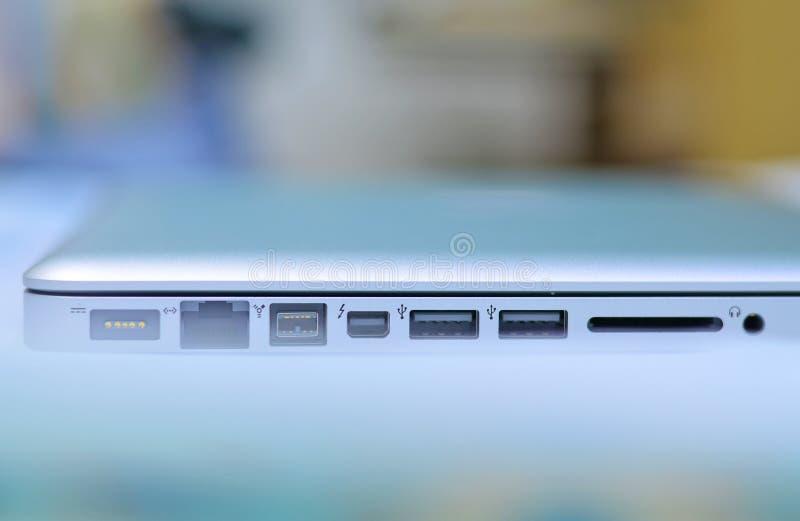 Portar och springor i bärbar dator royaltyfri fotografi