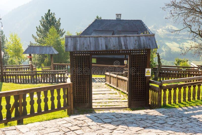 Portar och staket i Drvengrad Kusturica, Serbien fotografering för bildbyråer