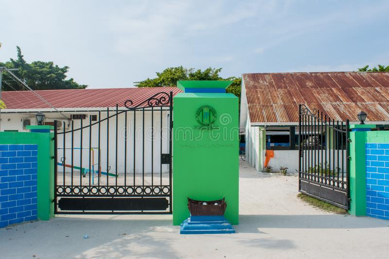 Portar till skolan i byn på den lokala ön Maamigili arkivbilder