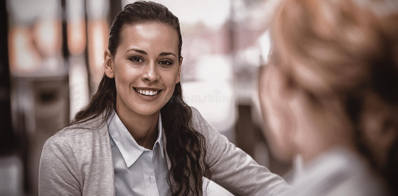 Portarit του όμορφου χαμόγελου επιχειρηματιών στοκ φωτογραφία