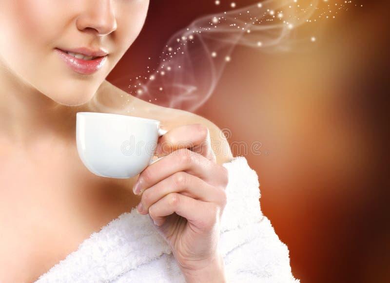 Portarit av en ung kvinna som dricker kaffe fotografering för bildbyråer
