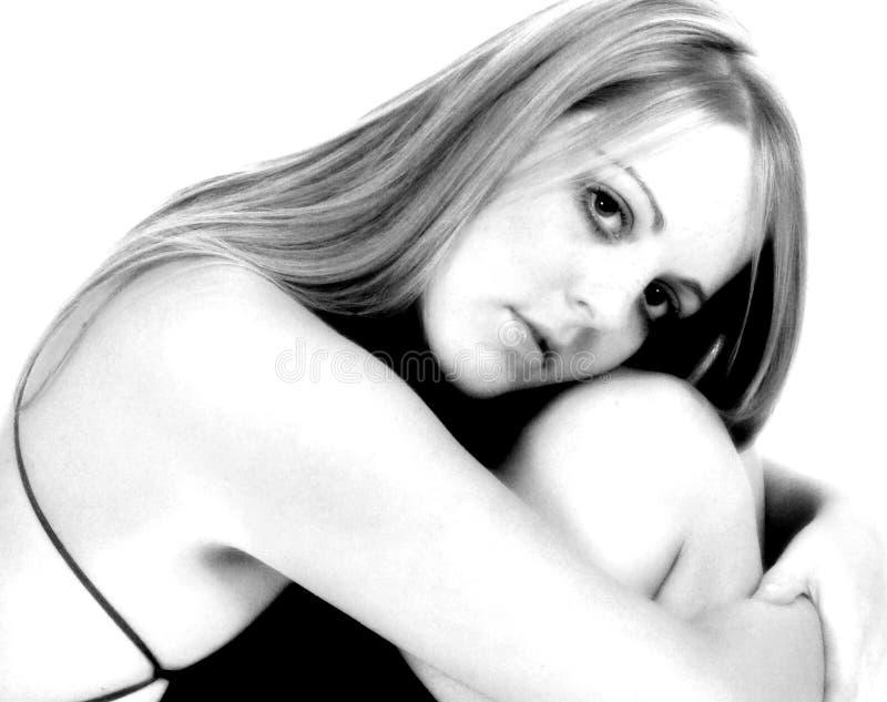 Portarit noir et blanc de femelle portant la robe noire lacée images stock