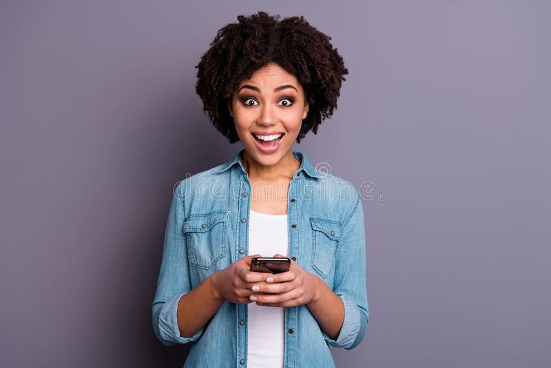 Portarit reizend Blog Blogger erstaunte beeindruckten unglaublichen Mitteilungsschreiruf omg wow unglaublichen Griff lizenzfreie stockfotografie