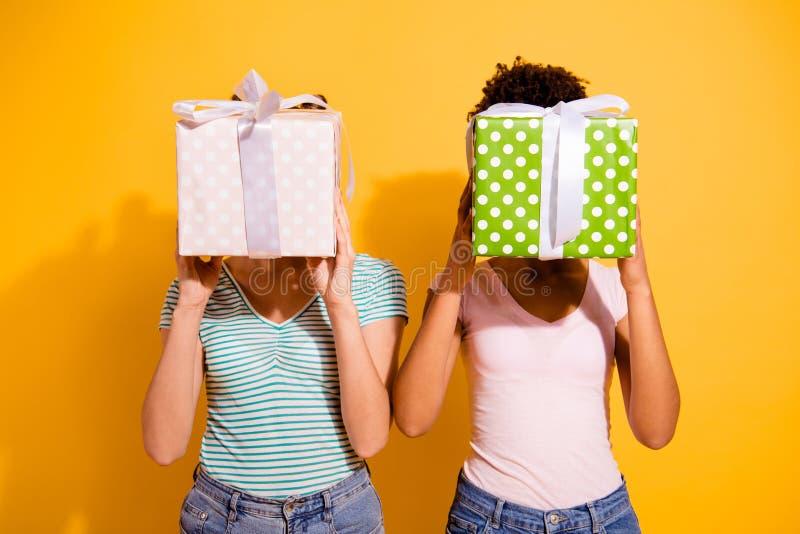 Portarit verstecken netter reizend Damenstudent zu erhalten, zu empfangen Griffhandgeschenk zu nehmen am 8. März gewellte gelockt lizenzfreies stockbild