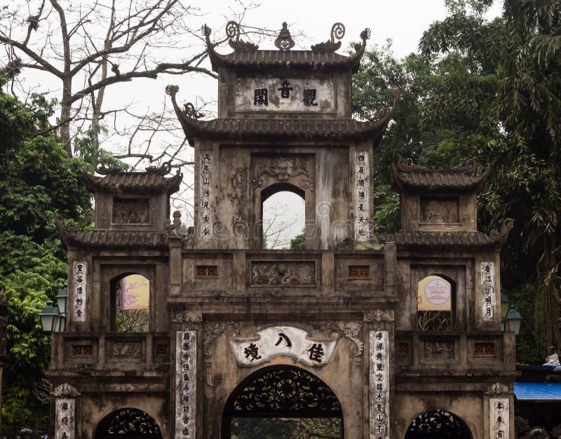 Portarna av Thien Tru pagod, en av de buddistiska templen som utgör komplexet för doftpagodtempel royaltyfria foton