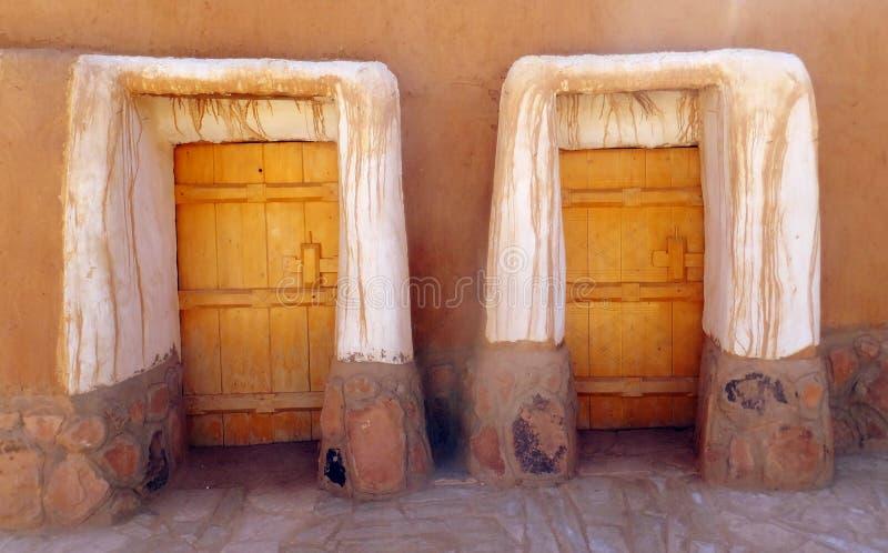 Portas às casas na cidade de Al Qassim, reino de Arábia Saudita fotos de stock