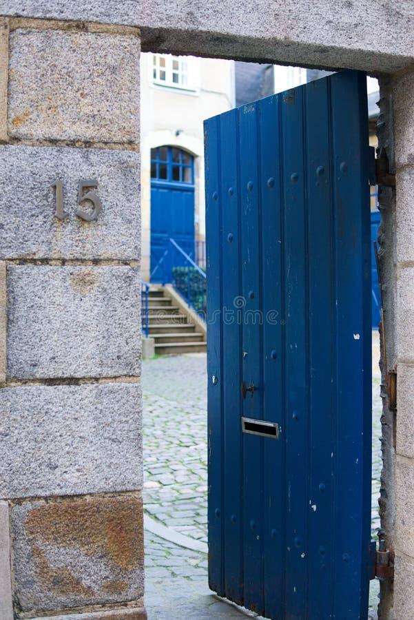 Portas azuis bonitas da entrada da pedra fotos de stock