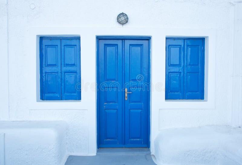 Portas azuis de Imerovigli na ilha de Santorini fotos de stock royalty free