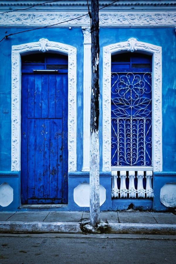 Portas azuis em Remedios, Cuba foto de stock royalty free