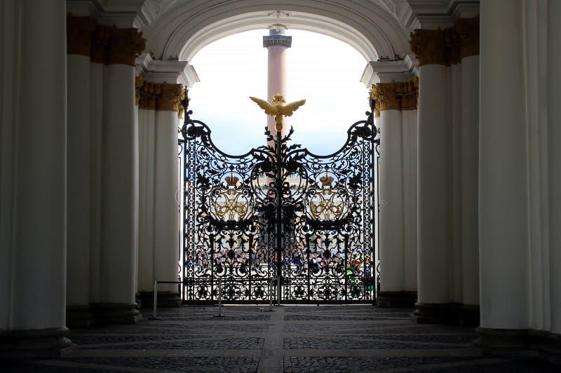 Portas a céu aberto do eremitério no fundo do quadrado do palácio e na coluna de Alexandria foto de stock royalty free