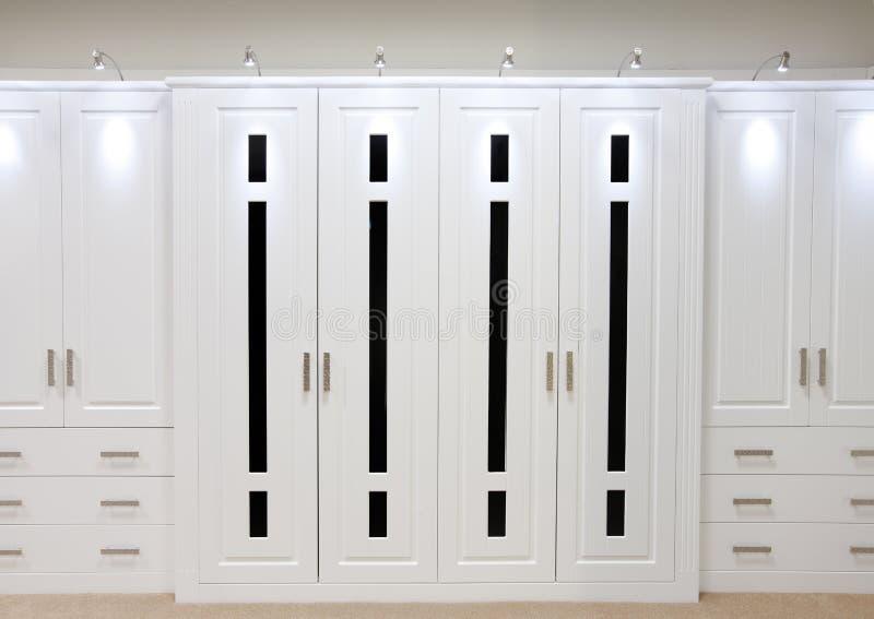 Portas cabidas brancas do wardrobe imagem de stock