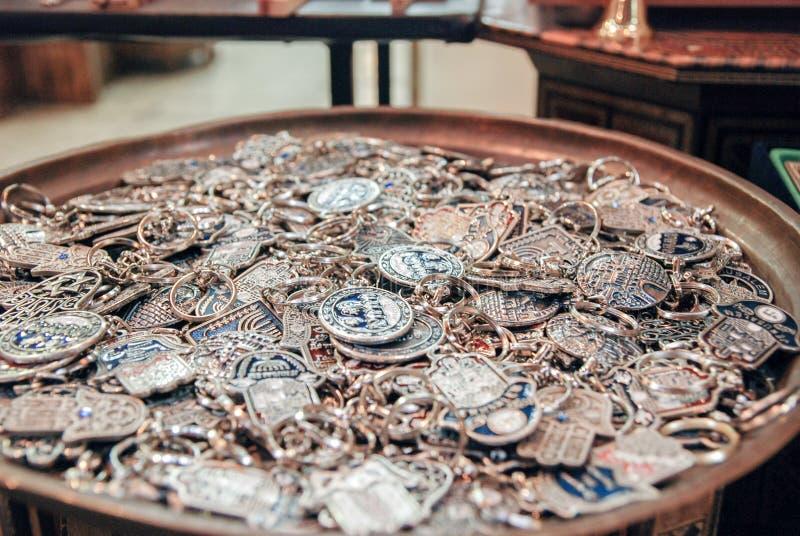 Portas-chaves com símbolos de Israel e de Jerusalém para a venda na cidade velha foto de stock royalty free