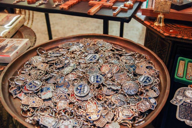 Portas-chaves com símbolos de Israel e de Jerusalém para a venda na cidade velha foto de stock