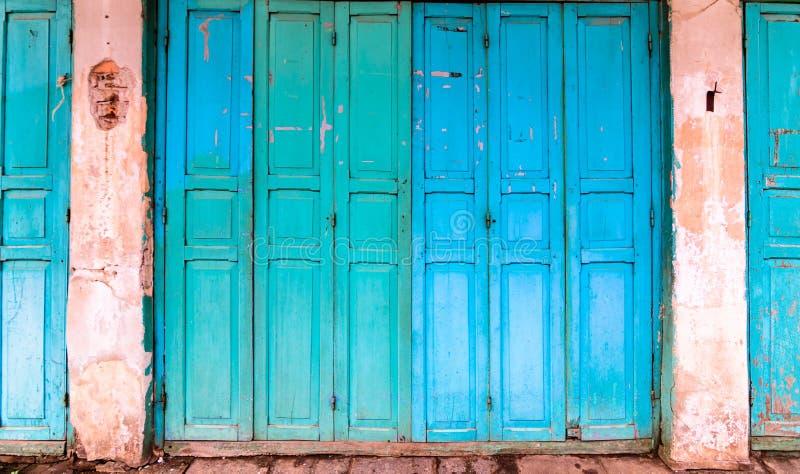 Portas cianas azuis de madeira do vintage fotos de stock