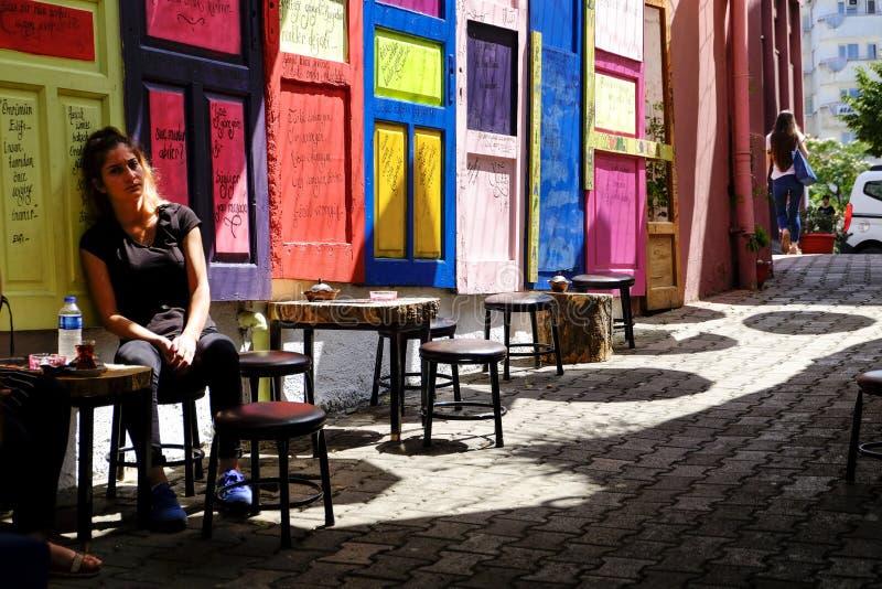 Portas coloridas em um café da rua em Turikey imagens de stock royalty free