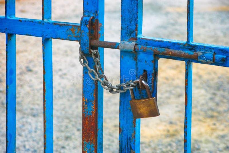 Portas da cerca do metal com parafuso e cadeado imagens de stock royalty free