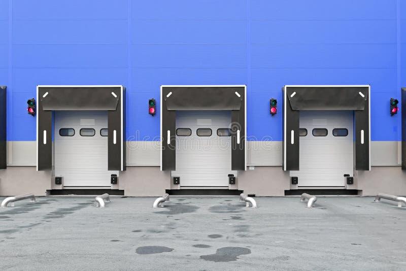 Portas da doca de carga imagens de stock