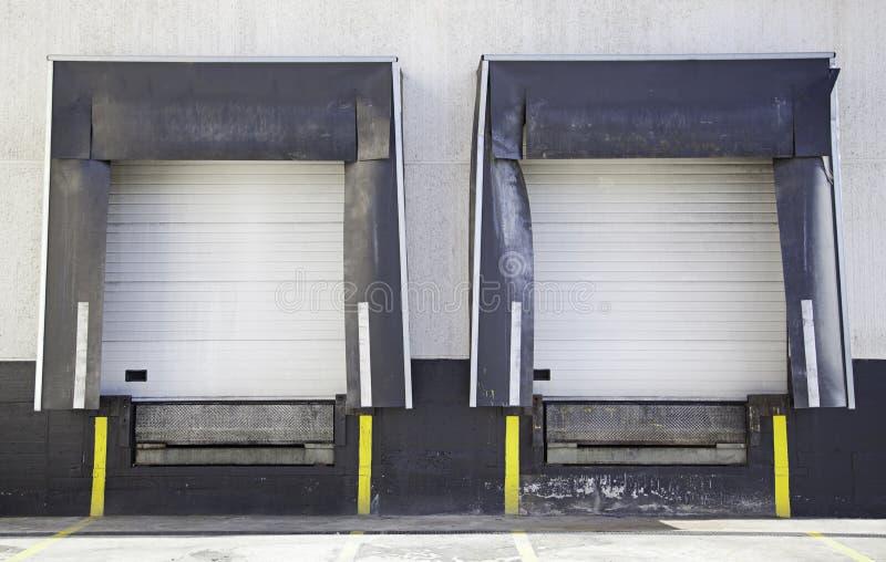 Portas da doca de carga fotografia de stock