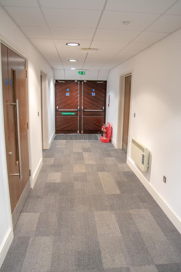 Portas da saída de emergência da emergência em um prédio de escritórios foto de stock royalty free