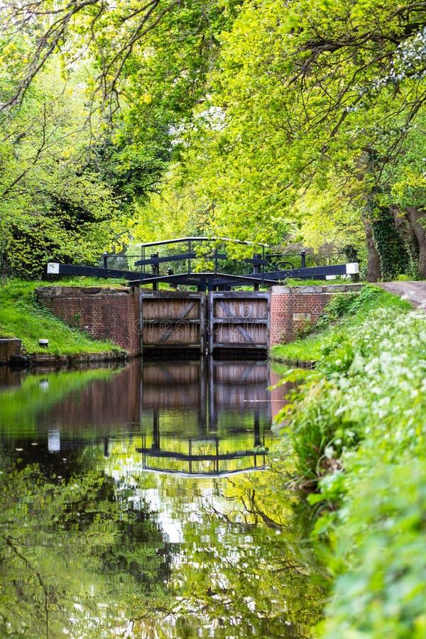 Portas de água no canal de Bansigstoke em Woking, Surrey fotografia de stock