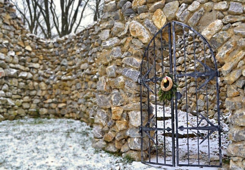 Download Portas De Aço Fechados Na Parede Rochoso Foto de Stock - Imagem de snowy, neve: 65575570