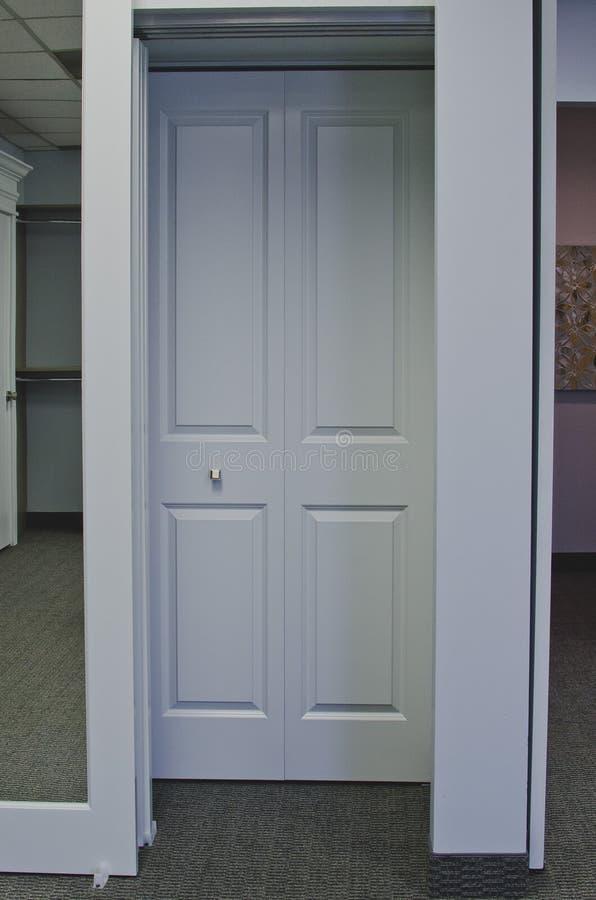 Portas de armário no lado na exposição foto de stock