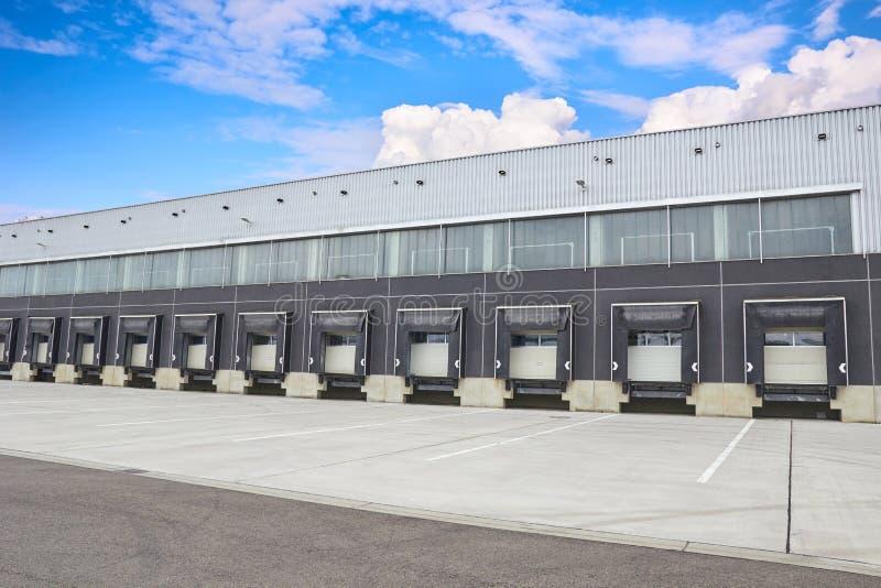 Portas de carga da doca de carga, exterior da construção fotografia de stock