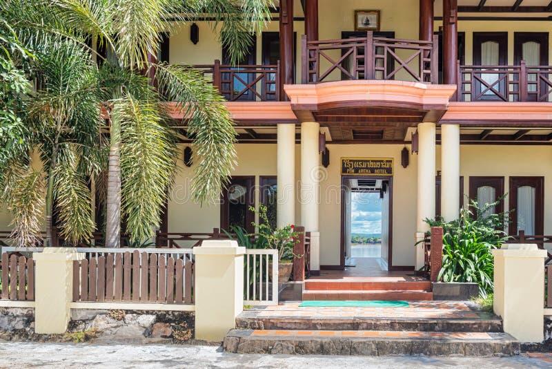 Portas de entrada ao hotel em Muang Khong imagem de stock