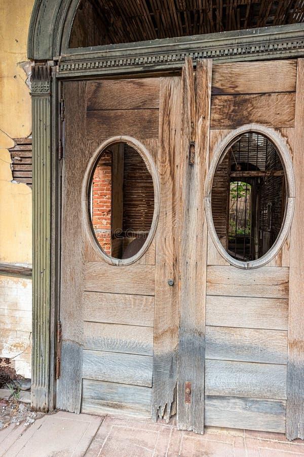 Portas de entrada, construção comercial histórica fotos de stock