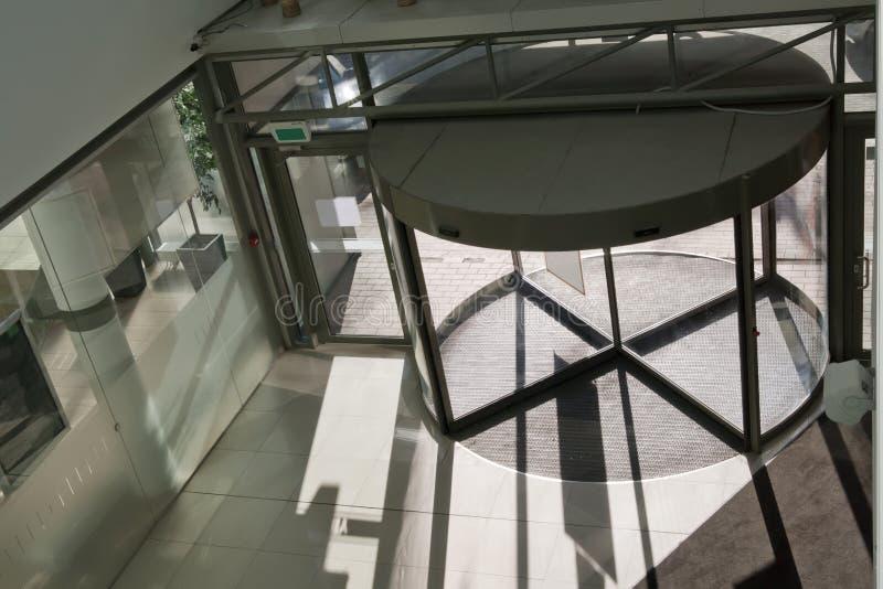 Portas de entrada modernas no prédio de escritórios fotos de stock