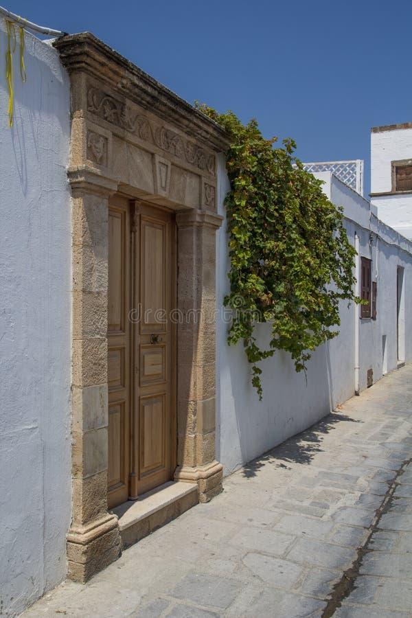 Portas de Lindos na rua estreita em Rhodes Island imagens de stock