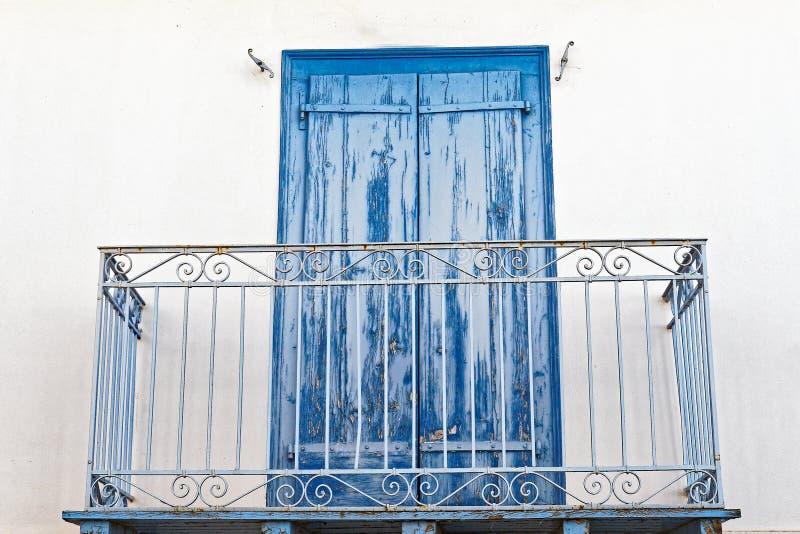 Portas de madeira azuis desvanecidas na casa branca imagens de stock royalty free