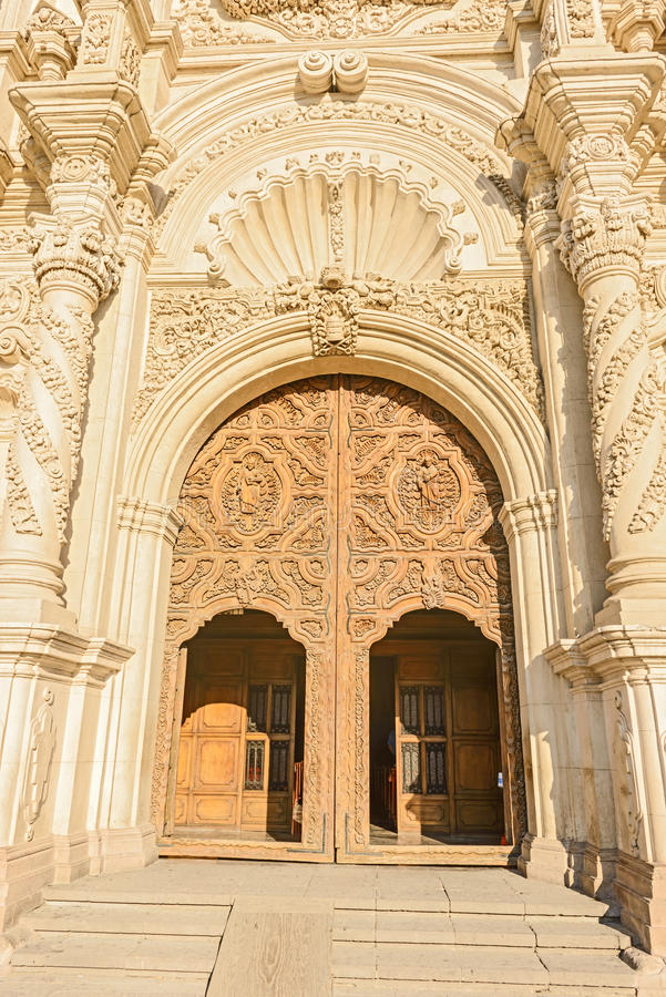 Portas de madeira Catedral de Santiago em Saltillo, México foto de stock royalty free