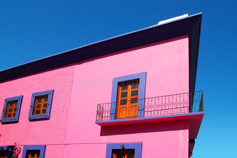 Portas de madeira da fachada cor-de-rosa mexicana da casa fotos de stock
