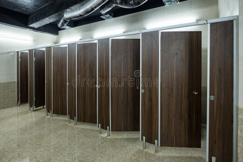 Portas de madeira decorativas interiores do toalete público imagens de stock royalty free