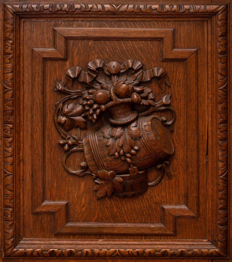 Portas de madeira do vestuário ou do armário A textura da árvore com guarnição e do ornamento no meio imagens de stock