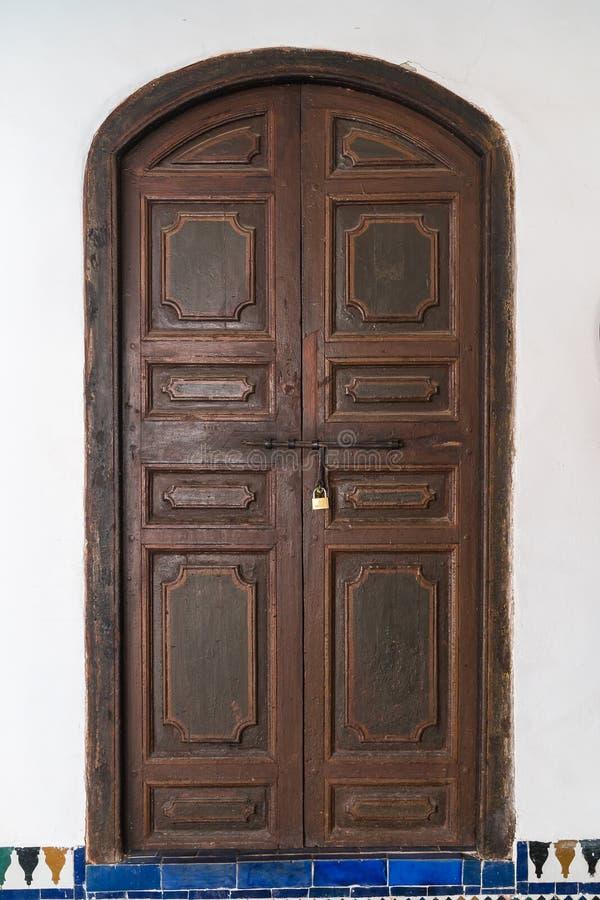 Portas de madeira em Bahia Palace - C4marraquexe - Marrocos imagens de stock
