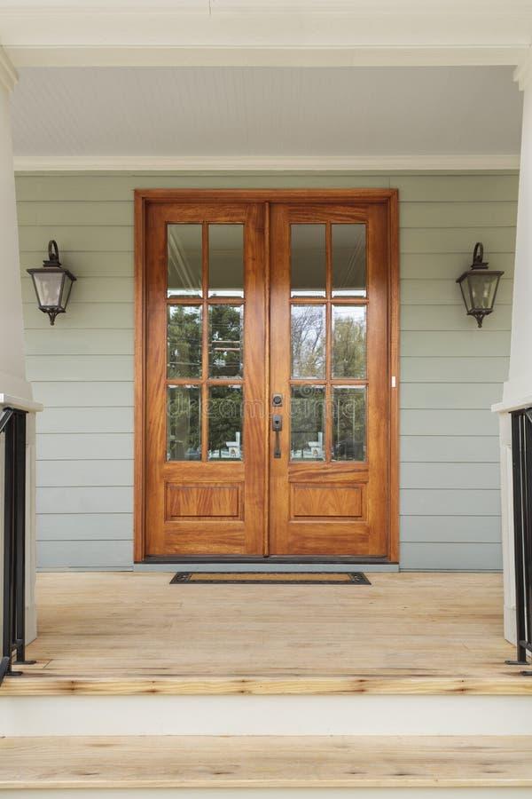 Portas de madeira gêmeas a uma casa familiar verde imagem de stock royalty free