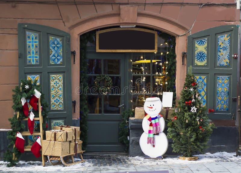 Portas de madeira, grinalda, abeto, decorações do Natal imagem de stock royalty free