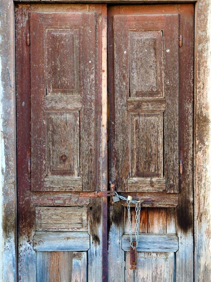 Portas de madeira velhas, precisando a pintura e a renovação fotografia de stock